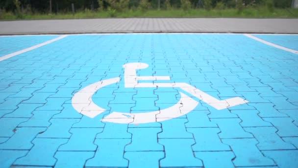 Mit weißer Farbe beschmiert: Schild für Behindertenparkplätze auf dem Bürgersteig