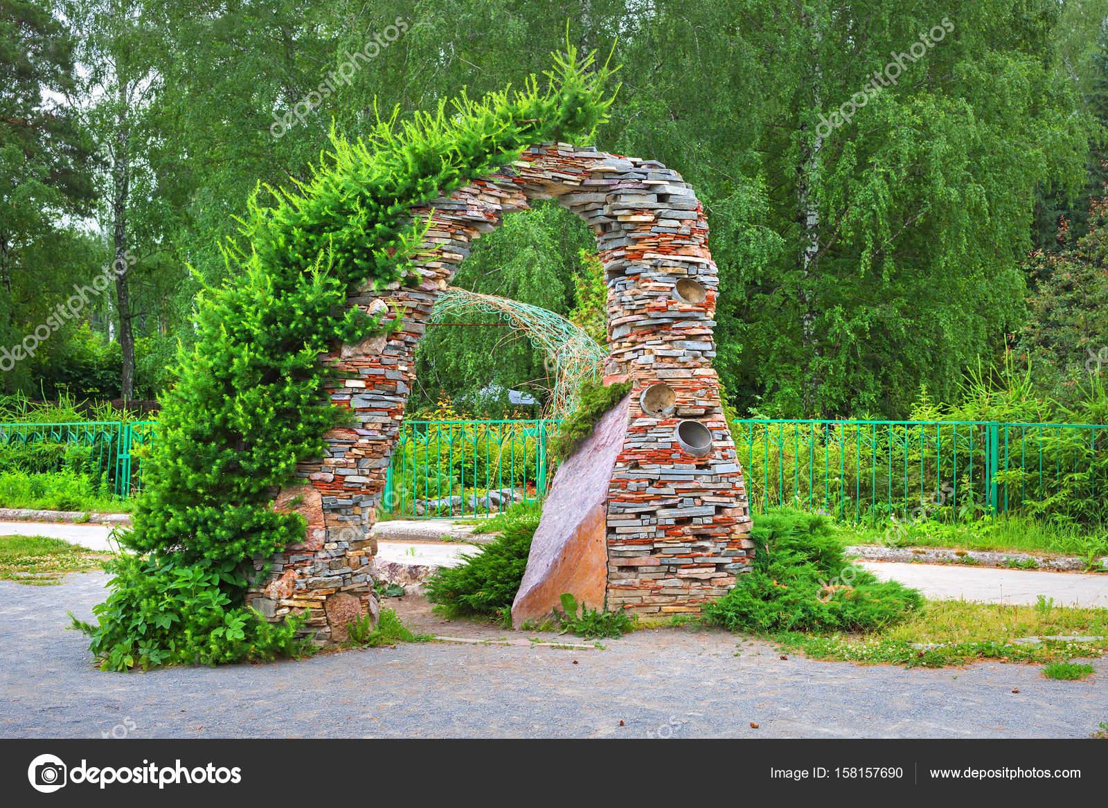 Arco de jardn en piedra las conferas Foto editorial de stock