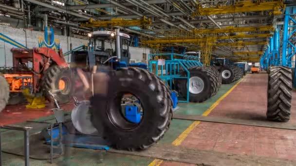 Profesionální instalace mechanik pneumatiky na kolo v servisu na traktor tovární timelapse