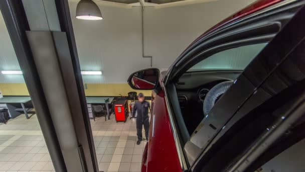 auto mechanického pohonu červené auto od vleku na kola zarovnání klenutí kontrole na opravy čerpací stanice timelapse