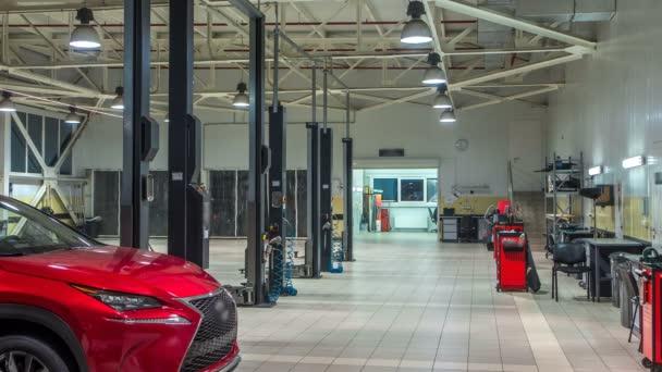Auta se pohybuje na vleky v moderní čerpací stanici a muži opravu auta timelapse.