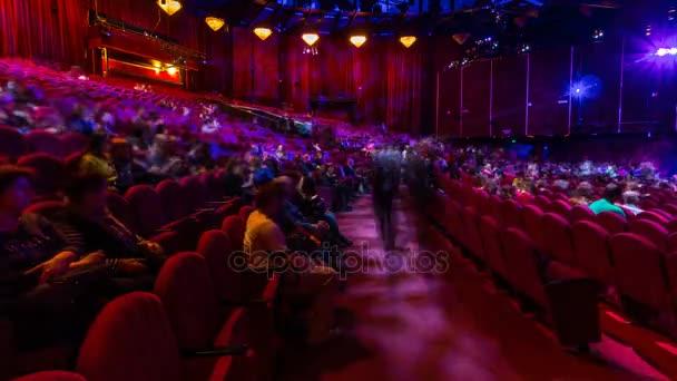 Diváci se shromáždí v hledišti a sledovat pořad v divadle timelapse. Velká hala s červenými křesla sedačky