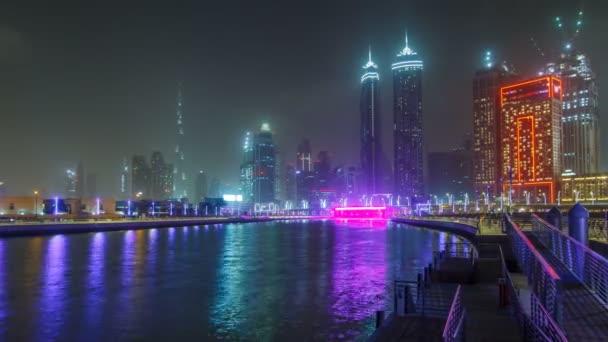 Iluminated waterfall at the Sheikh Zayed Bridge timelapse, part of the Dubai Water Canal. Dubaj, Spojené arabské emiráty, Blízký východ