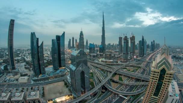 Zobrazit moderní mrakodrapy a náročném večeru dálnice den na noční timelapse v luxusní Dubaj city, Dubaj, Spojené arabské emiráty