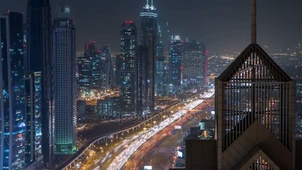 Zobrazit na moderní mrakodrapy a náročném večeru dálnice noční timelapse luxus v Dubai city, Dubaj, Spojené arabské emiráty