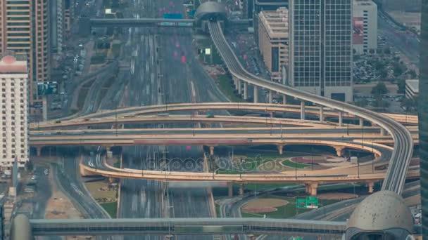 Letecký pohled na dálniční křižovatky s timelapse doprava v Dubaji, Spojené arabské emiráty, při západu slunce. Bulváru Sheikh Zayed road v Dubaji v centru města