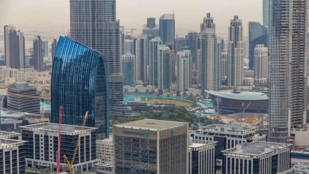 Letecký pohled na Dubai downtown Lake oblast timelapse a mrakodrapy starého města ostrova, od shora. Městské panorama město Dubaj