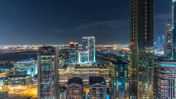 Malebné Dubaj centrum architektury noční timelapse. Pohled shora na Sheikh Zayed road s osvětlenými mrakodrapy a provoz