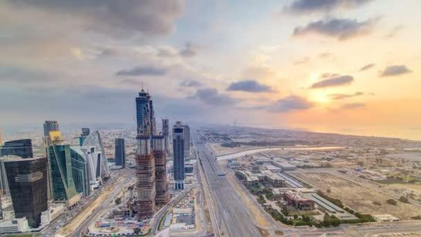 Dubaj podnikání bay tyčí s slunce timelapse. Střešní pohled některých mrakodrapy a nové věže ve výstavbě