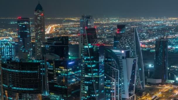 Hotel towers business bay v noci timelapse osvětlené. Střešní pohled některých mrakodrapy a nové věže ve výstavbě