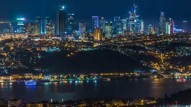 Pohled shora noční timelapse čtvrti besiktas v Istanbulu z asijské části města