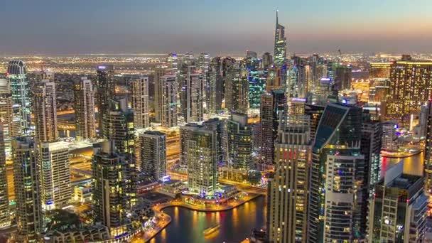 Dubai Marina s telefonem od vrcholu mrakodrapu přechodu od dne na noční timelapse