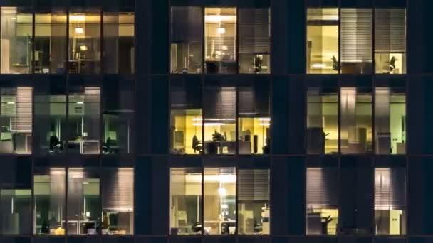 Okno vícepodlažní budovy skleněného a ocelového osvětlení a osob ve stanovené lhůtě