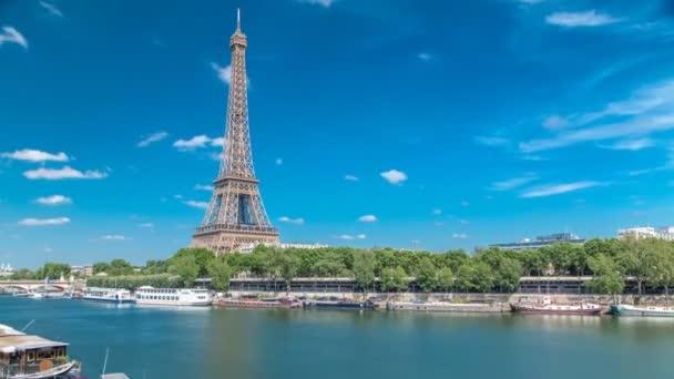 Eiffelova věž časově uplynula od nábřeží u řeky Seiny v Paříži