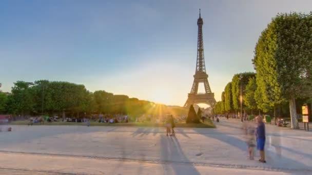 Eiffelova věž z Champ de Mars při západu slunce, Paříž, Francie