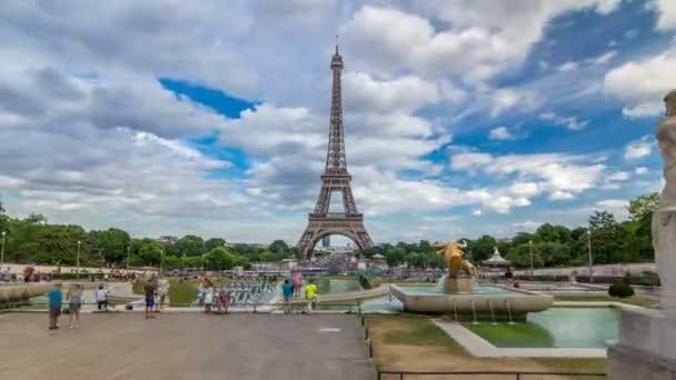 Fontány na slavné náměstí Trocadero s Eiffelova věž v pozadí timelapse hyperlapse