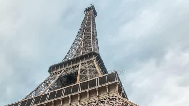 Eiffel Tower boky timelapse - Shot od úpatí Eiffelovy věže