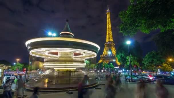 osvětlené vintage kolotoč v blízkosti Eiffel Tower noční timelapse, Paříž