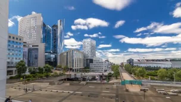 Mrakodrapy z La Defense timelapse hyperlapse moderní obchodní a finanční čtvrti v Paříži s výškových budov a kongresové centrum