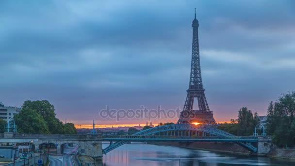 Eiffelova věž sunrise timelapse s lodí na řeku Seinu a Paříž, Francie.