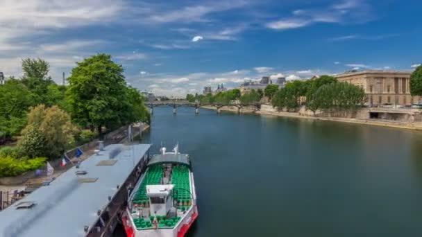 Turistická loď průchody pod Pont des Arts a zastávkou na lodní stanice na hyperlapse timelapse řeky Seiny v Paříži
