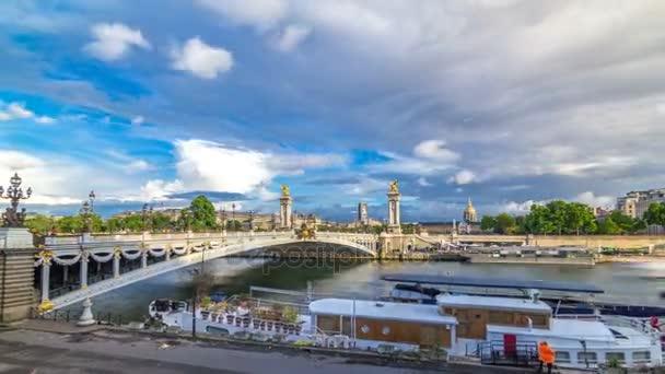 Most Alexandre Iii zahrnující řeky Seine timelapse hyperlapse. V Paříži. Francie