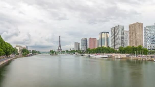 Socha svobody a Eiffelova věž Timelapse hyperlapse s moderními budovami. Paříž, Francie