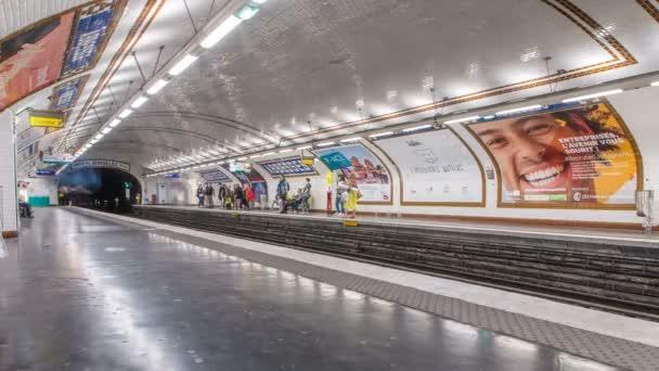 Timelapse platforma pařížského metra. Je to ten největší podzemní systém na světě. Paříž, Francie