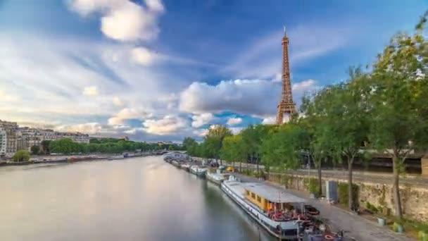 Eiffelova věž s loděmi ve večerních hodinách hyperlapse Paříž, Francie
