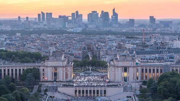Letecký pohled na Trocadero den na noční timelapse s Palais de Chaillot z Eiffelovy věže v Paříži