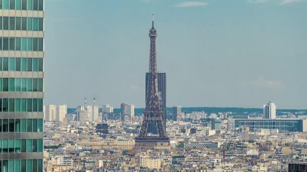 Pohled na Paříž a Eiffelova věž timelapse z horní části mrakodrapů v pařížské obchodní čtvrti La Defense