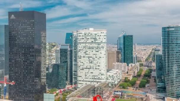 Letecký pohled na Paříž a moderní věže timelapse z horní části mrakodrapů v pařížské obchodní čtvrti La Défense