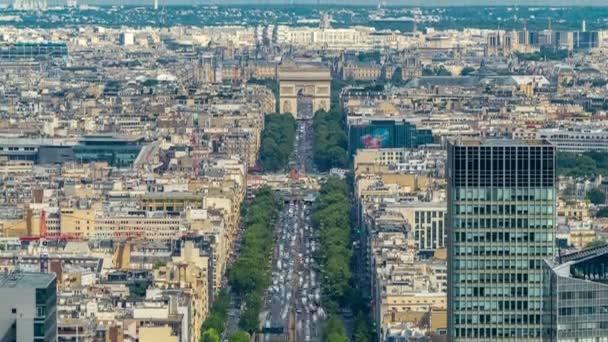 Letecký pohled na Paříž a Arc de Triomphe s Champs Elysees timelapse z horní části mrakodrapů v pařížské obchodní čtvrti La Défense