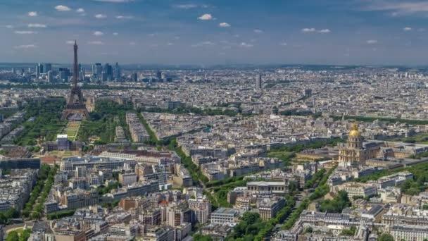 Letecký pohled od věže Montparnasse s Eiffelovkou a čtvrti La Défense na pozadí timelapse v Paříž, Francie.