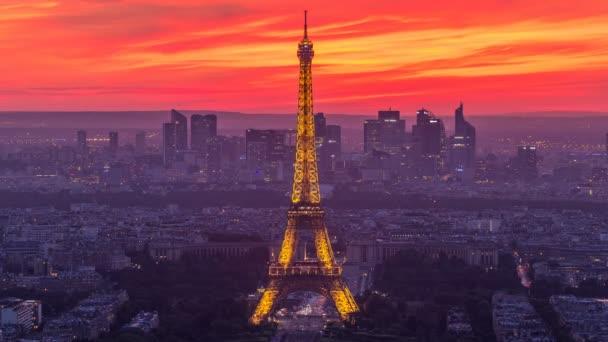 Panorama Paříže po západu slunce den noční timelapse. Eiffelova věž pohled z Montparnassu v Paříži - Francie