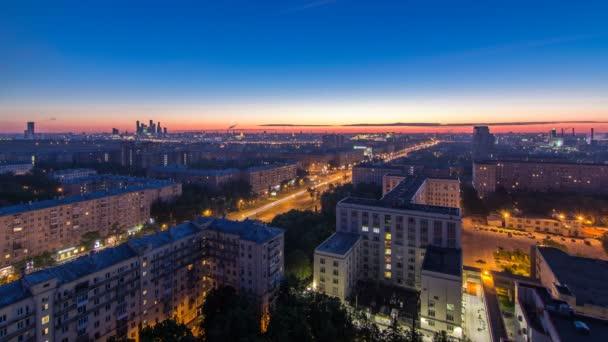 Wohngebäude, Stalin-Wolkenkratzer und Stadtpanorama vor Sonnenaufgang Nacht zu Tag Zeitraffer in Moskau, Russland