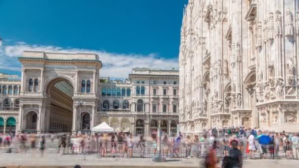 Cattedrale Duomo di Milano e Vittorio Emanuele Galleria timelapse in Piazza Piazza Duomo al giorno di estate pieno di sole, Milano, Italia