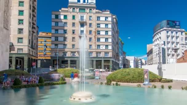 Moda famosa Piazza di Milano Piazza San Babila timelapse con fontana