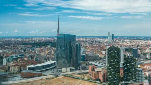 Vista aerea di Milano di moderne torri e grattacieli e la stazione ferroviaria di Garibaldi nel timelapse del distretto di affari