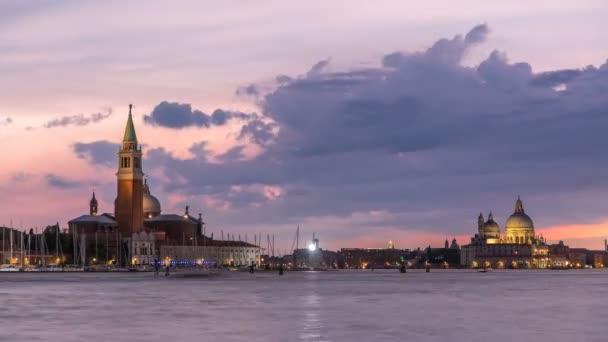Hajók, a Canal Grande csatornára és a Basilica Santa Maria della Salute, San Giorgio Maggiore sziget nap éjszaka timelapse, Venezia, Velence, Olaszország