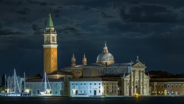 Kilátás nyílik a székesegyház a San Giorgio Maggiore a San Marco tér: éjszakai timelapse, Velence, Olaszország