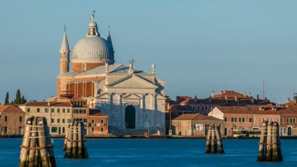 Pohled na benátskou lagunu s Chiesa del Santissimo do kostela Redentore se nachází na ostrově Giudecca v sestiere Castello timelapse