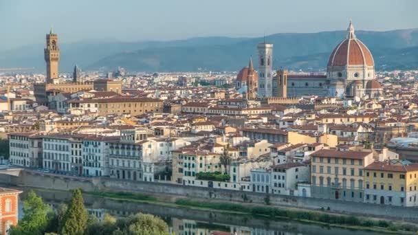 Palazzo Vecchio timelapse na piazza della Signora a Basilica di Santa Maria del Fiore ráno při pohledu z Piazzale Michelangelo. Florencie, Itálie.