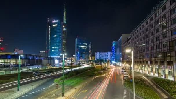 Mailänder Skyline mit modernen Wolkenkratzern im Geschäftsviertel Porta Nuova im Zeitraffer der Nacht in Mailand, Italien
