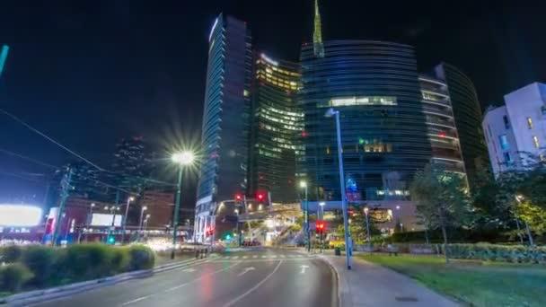 Orizzonte di Milano con grattacieli moderni a Porta Nuova business district notte timelapse hyperlapse a Milano, Italia