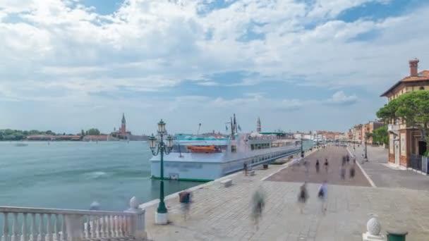 Pohled na promenádě Riva degli Schiavoni timelapse s turisty v San Marco v Benátkách v Itálii.