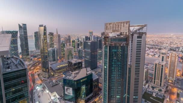 Panorama oblasti West Bay od shora v Dauhá noc na den timelapse, Katar