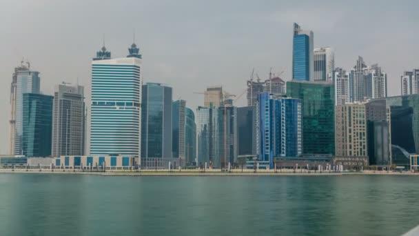 Timelapse panoramatický pohled obchodní záliv a centrum města oblast Dubai reflexe v řece