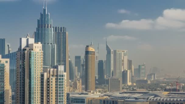 Do centra Dubaje s mrakodrapy a věže timelapse, pohled z střešní