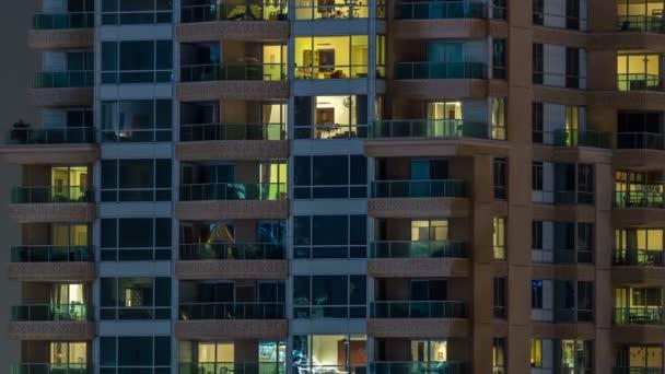 malerisch leuchtende Fenster von Wolkenkratzern im Zeitraffer am Abend